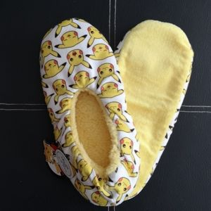 NWT Pokemon Slippers All-over Pikachu, Soft, Grips